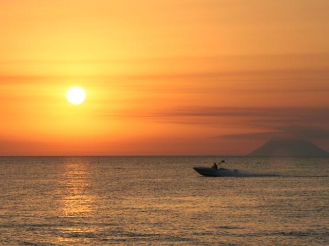 Tramonto-con-barca-Nicotera-Marina
