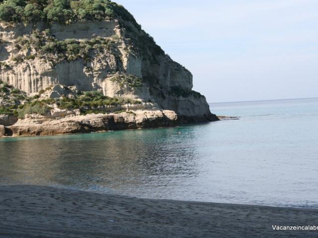 Veduta-dalla-spiaggia-di-Tropea